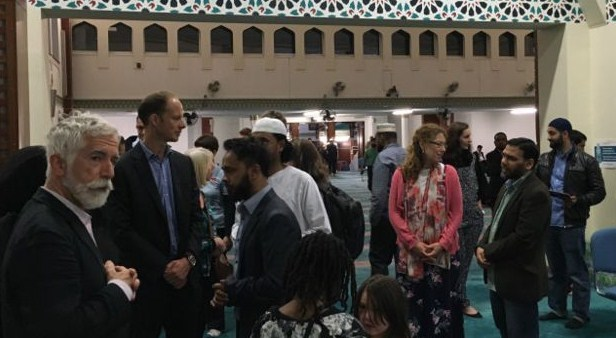 Tamu undangan lintas agama menghadiri acara buka puasa di Masjid Raya London Timur.