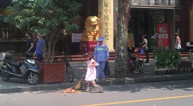 Haru, Gadis Kecil Bantu Kerja Ibunya Sapu Jalanan