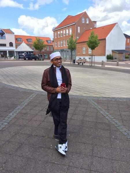 Tgk, Abdul Razaq Ridhwan Imam dan Khatib Hari Raya I'dul Fitri Perdana di Meunasah Aceh Denmark.