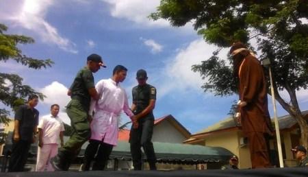 Usai Dicambuk 13 kali, Seorang perempuan Aceh pingsan