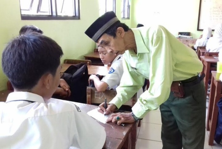 Kisah Pak Maman, 40 Tahun Jadi Guru Honorer: Muridnya Ada yang Jadi Dokter Hingga Jenderal
