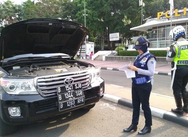 Noraknya Kelakuan Orang Kaya Jakarta Di Jalanan